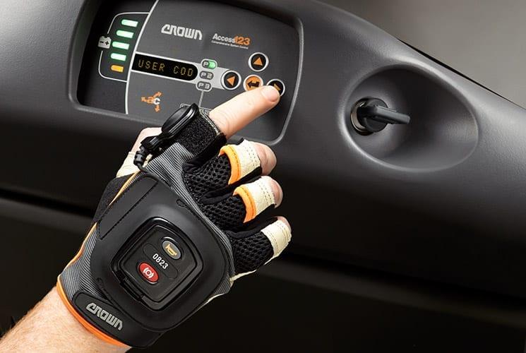 Technologia zdalnego podnoszenia QuickPick<sup>®</sup> marki Crown łączy automatykę z korzyściami ergonomicznymi.
